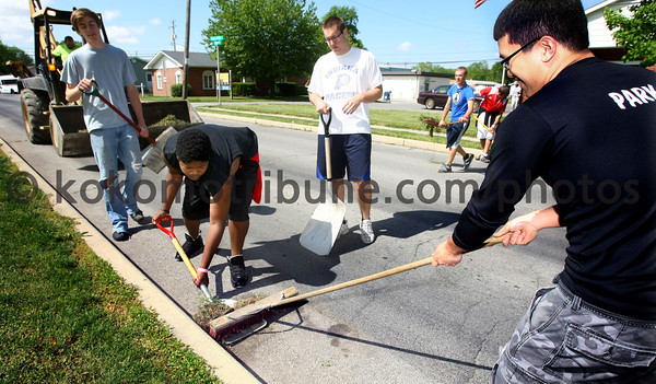 5-22-12<br /> Western HS seniors voluteer to clean up around the town of Russiaville on Tuesday.<br /> KT photo   Tim Bath