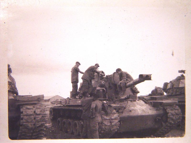 Tank crew pulling maintenance.