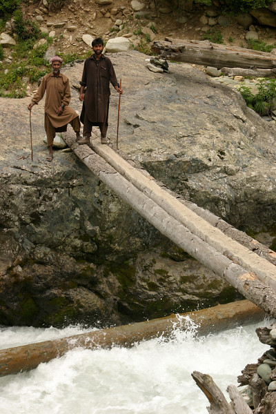 You've got to have guts to cross the narrow bridges in the mountains!