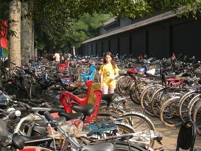 parking à vélo à l'entrée d'un grand marché aux puces