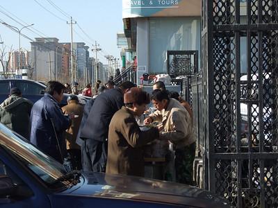 il est midi, l'heure de la soupe: des chauffeurs de taxi lors de leur pause-déjeuner.