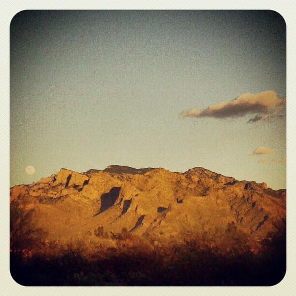 "#cloud #tucson #az #catalinamountains #sunset #moon via Instagram <a href=""http://instagr.am/p/WI5nVJCipF/"">http://instagr.am/p/WI5nVJCipF/</a>"