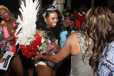 Swim suit Winner congratulated by Vivica Fox