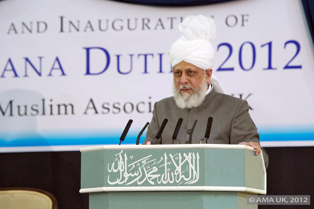 Hudhur Aqdas (atba) addressing members