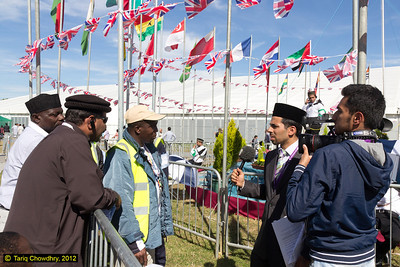 Kaleem Bhatti of MTA interviewing workers at the Jalsa site. (ref: IMG_1417)
