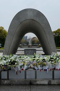 Alignement du cénotaphe, de la flamme de la Paix et du dôme de Genbaku, Hiroshima, 2014.