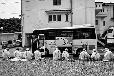 Des pélerins pique-niquent devant leur bus, Île de Shikoku, 2014.