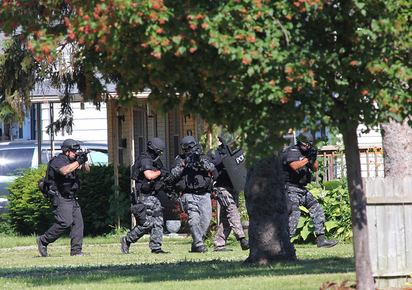 Swat team moving in on the suspect house on East Fifth Street<br /> <br /> Photographer's Name: Jerry Byard<br /> Photographer's City and State: Anderson, IN