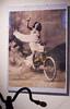 Jaha, om kvinnor cyklade runt såhär förstår man att de blev uppståndelse när kvinnorna började cykla...