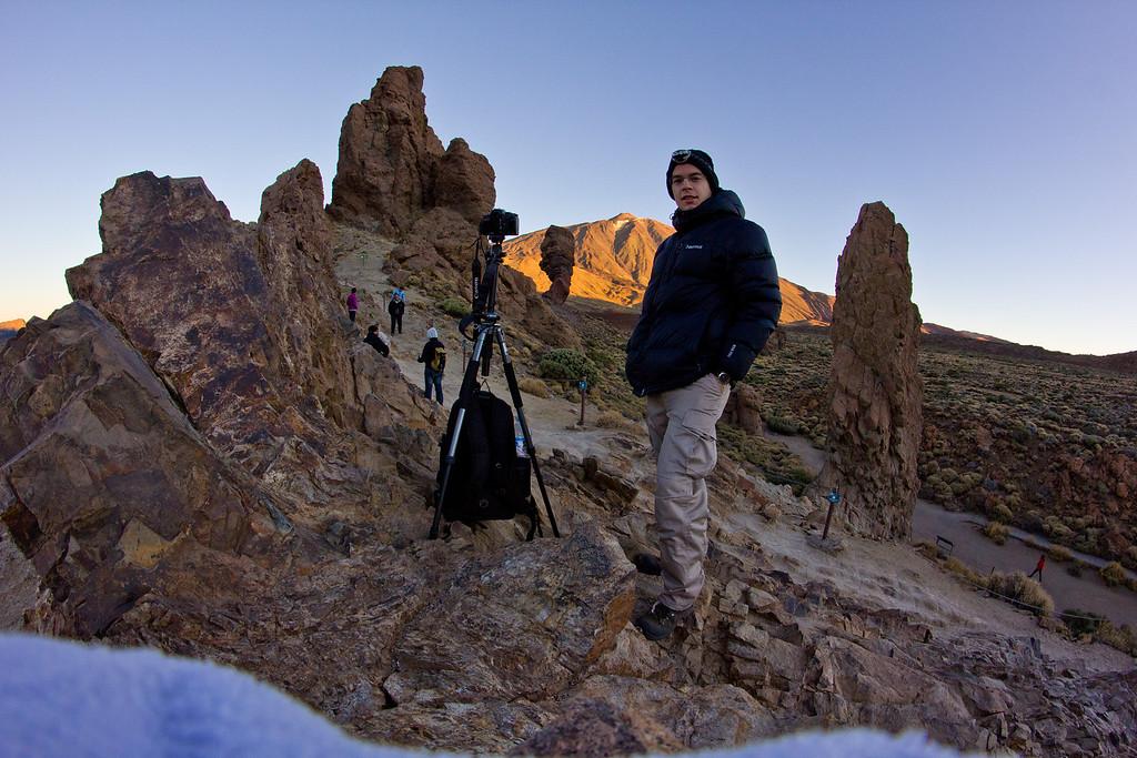 Napkelte fotózás a Roques de Garciánál, mögöttem a Teide. Igen, hideg volt, elvégre november és 2100 méter magasan vagyunk. A Galaxis útikalauz stopposoknak c. könyvből tényleg igaz a legfontosabb tanács: mindig legyen nálad törülköző! Láthatóan jó szolgálatot tett, mert a második vázat a halszemobival a kemény sziklára megfelelően összehajtott törülközőre tettem ki...