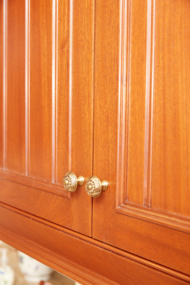 Again, same cabinet..view of the bottom of doors which show a proper closure.