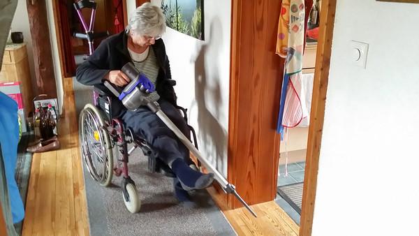 der kleine Dyson ist das richtige Rollstuhlfahrer Werkzeug