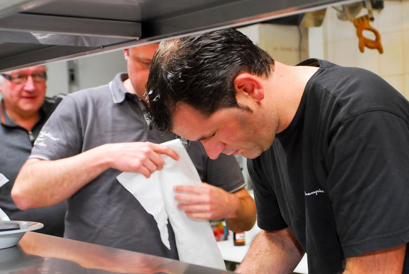Steven maakt het bord voor de tongscharretjes klaar onder het goedkeurend oog van Ivan Desmet.<br /> Restaurant Deleu - Rijselstraat 259 - Menen<br /> Dinsdag 15 mei '12<br /> <br /> Steven preparando los platos para poner los filetes de limandas<br /> Restaurante Deleu - Rijselstraat 259 - Menen - Bélgica<br /> Martes 15 de mayo de 2012