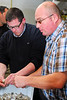 Gambas pellen door twee Chinese vrijwilligers<br /> Restaurant Deleu - Rijselstraat 259 - Menen<br /> Dinsdag 15 mei '12<br /> <br /> Descascarando los langostinos<br /> Restaurante Deleu - Rijselstraat 259 - Menen - Bélgica<br /> Martes 15 de mayo de 2012