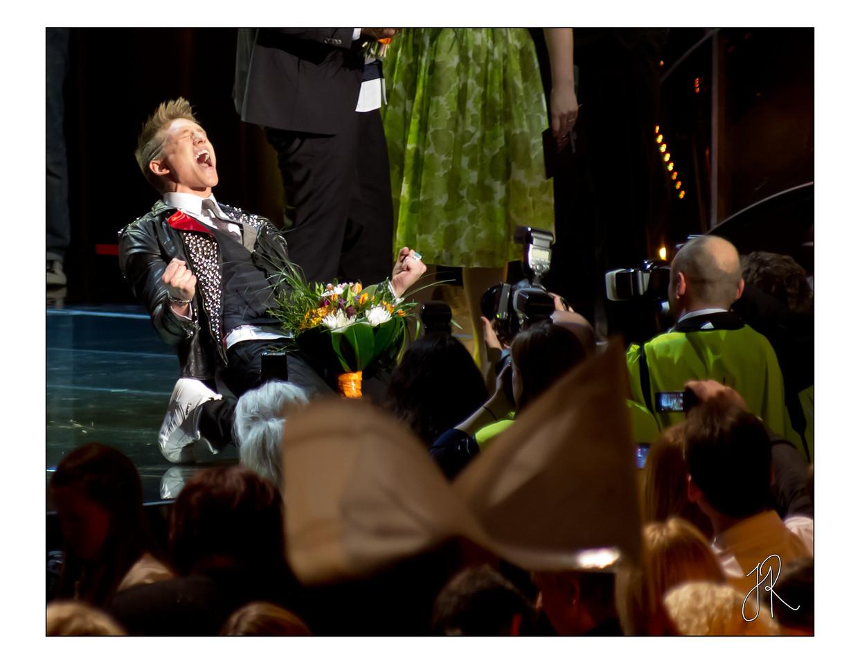 Danny skriker ut sitt segervrål efter seger i Melodifestivalens delfinal i Luleå 2011