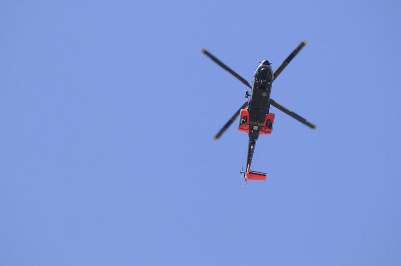 Kungaparet anländer i helikopter