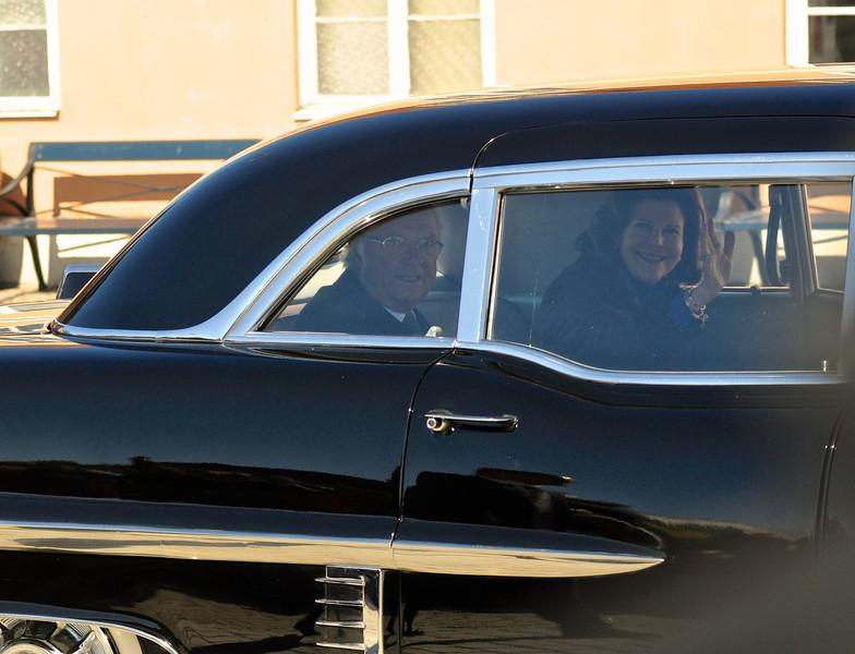Kungaparet avreser i en Cadillac som tillhört Kung Gustaf VI Adolf.