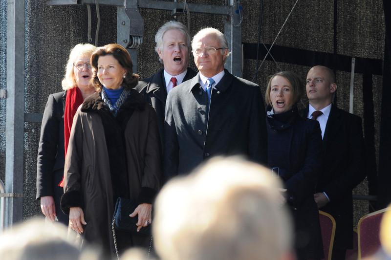 Blekinges landshövding Berit Andnor Bylund och hennes man, samt kommunstyrelsens ordförande Camilla Brunsberg hurrar för kungaparet