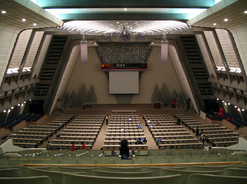 The conference took place at ICC (International Conference Center) in Kyoto. The impressive main hall can sit up to 2000 people and follows the United Nations format. The 2D image doesn't do it justice. If I'm not mistaken, the Kyoto Protocol was signed here in 1997.<br /> <br /> Konferencja odbyla sie w Miedzynarodowym Centrum Konferencyjnym (ICC) w Kyoto. Glowna sala miesci 2000 ludzi i jest w stylu budynku narodow zjednoczonych. Jesli sie nie myle, to w tej sali podpisano protokol z Kyoto w 1997.