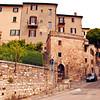 Prendete la strada su, poi a sinistra si arriva alla Villa di Maria Elisa.