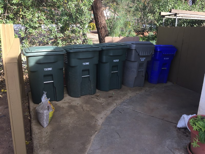 The DG is mostly dryed out now, so I moved back the trash cans. Much easier to have them here than behind the gate (which closes automatically).
