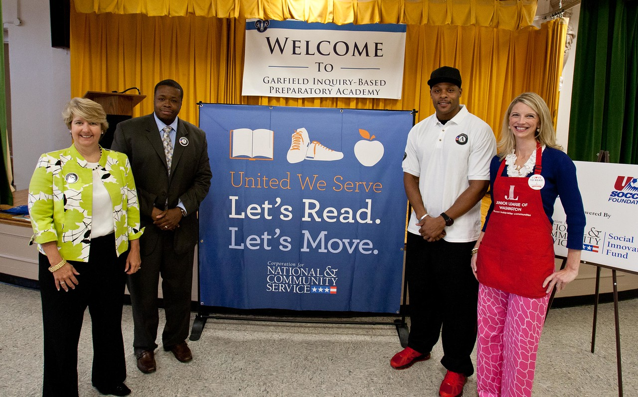 CNCS, CEO Wendy Spencer, Principal KennardBranch- Garfield Elementary School, National Football League player Visanthe Shiancoe and  JLW President Wendy Cumberland. Corporation for National and Community Service Photo.