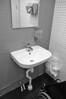 Jag ser inte mig själv i spegeln. Barn och kortvuxna gör nog inte heller det. Men de får ingen egen toalett. Det är jag som får den, och den pekas ut med den där tredje toalettsymbolen som är tänkt att se ut som jag. Biologiläraren i skolan pratade dock aldrig om ett tredje kön. Borde det då inte räcka med två sorters toalettskyltar och samma sorts tillgängliga toaletter för alla? Nöden har ju inte har någon lag, det borde vara självklart att alla ska kunna använda samma toalett. Tänk om man skulle bygga olika toaletter för rödhariga och vithåriga, tjocka och tunna, långa och korta, breda och smala, eller dumma och smarta människor? Nej, det skulle krångla till det alltför mycket. Men det är just det man gör med otillgängliga toaletter. Det finns ju många ställen där det bara finns en toalett som används av båda könen. Varför inte göra den användbar för mig också? Som det är nu kan jag inte ens besöka de flesta av mina gående kompisar, hur kul är det?