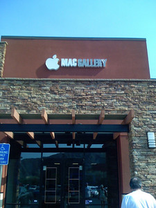 Finally, a new Mac store in La Quinta, California! I took pictures of the Mac Gallery with my iPhone.