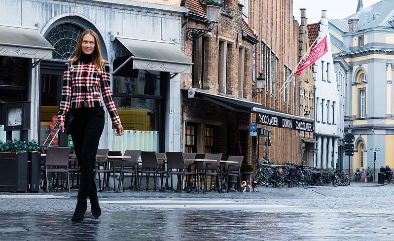 model walking in the wet streets bruges