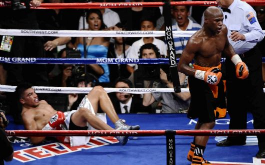 . (in orange/black/trunks) Floyd Mayweather Jr. TKO\'s Victor Ortiz as he was caught off guard in the 4th round to take the WBC welterweight title Saturday night at the MGM grand hotel in Las Vegas NV.  Sept 17,2011. Photo by Gene Blevins/LA Daily News