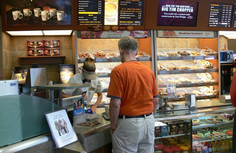 fruehstueck mit warren bei tim horton, einem treffpunkt im ort mit leckeren bagels, muffins und coffee
