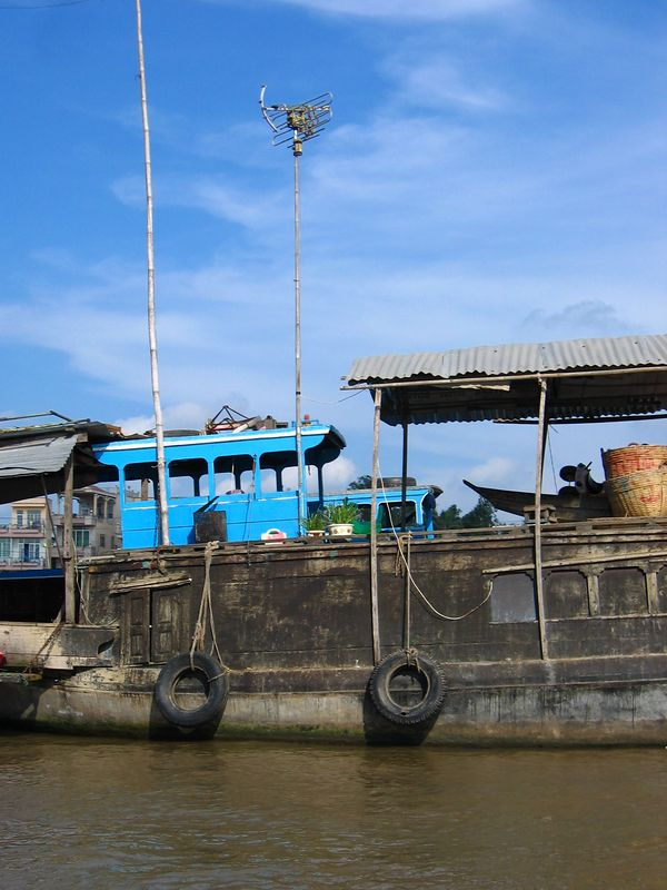 house boat with tv antenae