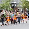 献花圈的孩子们。 后面的钟是lexington建镇300周年纪念。