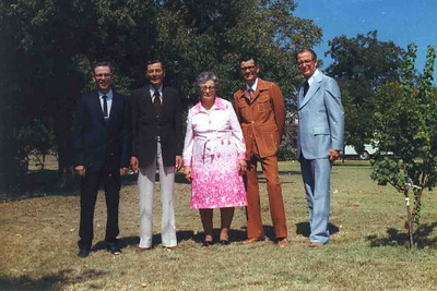 BUELAH AND THE BOYS Here is another shot of the Duncan Gang with Ma Duncan (Buelah Dean, actually). My, how the styles have changed from that last shot. Notice the guys are still in the same order.