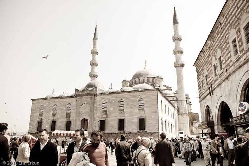 22 April 2010<br /> İstanbul - Yeni Camii in Eminönü.  The building to the right is our destination - Mısır Çarşısı (literally, Egypt Bazaar, but more accurately, Spice Bazaar - 1597-1664).