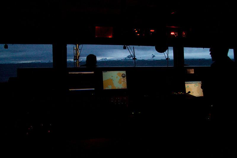 Guardia nocturna en Antarctic Sound. 2010. 6400 ISO.<br /> Night guard duty in Antarctic Sound.