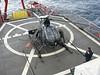 Preparando el helicóptero para el vuelo en el Hespérides