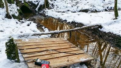 Mess-Gerät; mess-Fühler; Plattform gegen versinken; Kindslohgraben von Böslweiher  westlich der Straße in Böslweiher östlich der Straße;