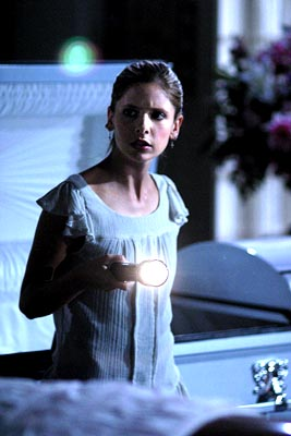 """""""Help"""" - Sarah Michelle Gellar stars as Buffy Summers in BUFFY THE VAMPIRE SLAYER airing October 15 (8:00-9:00 PM, ET/PT) on UPN Photo: Robert Voets/UPN.   ©2002 UPN. All Rights Reserved"""