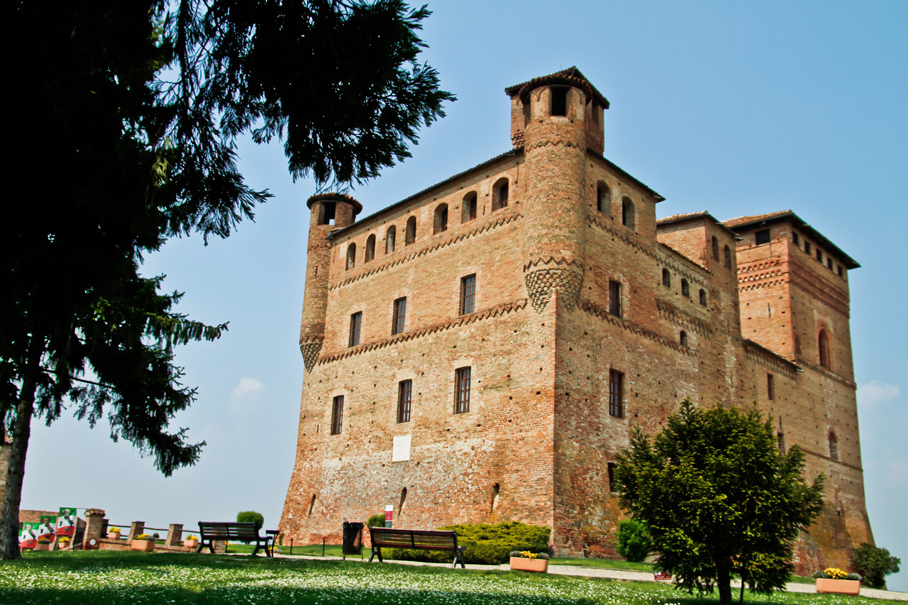 Castello di Grinzane Cavour, only 10 minutes by car from downtown Alba, Piemonte, Italia. Now the castle houses a great regional enoteca, two museums and a good restaurant.