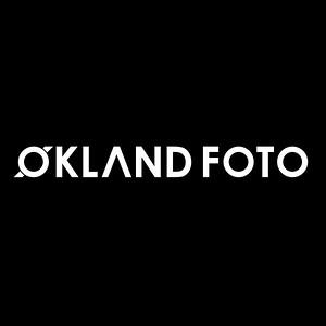 Økland foto hvit på sort - på sort bakgrunn kvadratisk