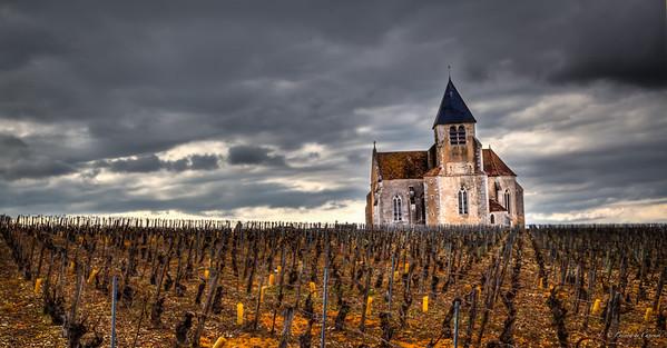 Eglise du XVI ème siècle, autrefois saint Pierre-aux-Liens, dont la chapelle du transept nord est dédiée à sainte Claire, est située en plein cœur du vignoble de Chablis, à l'écart du village de Préhy Préhy - Yonne - France