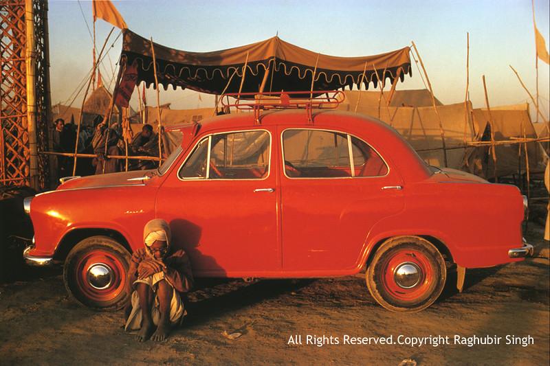 RaghubirSingh13-AmbassadorCarKumbhMela1977