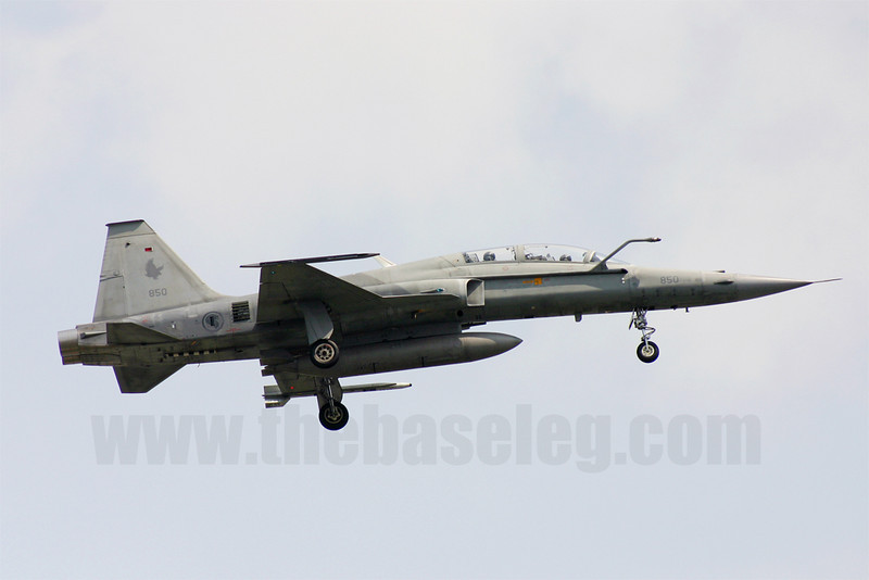Republic of Singapore Air Force F-5T Tiger II 850/77-0359 in 149 Sqn markings lands at Paya Lebar