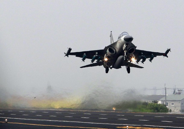 A Taiwan Air Force IDF fighter jet takes off on a highway used as an emergency landing strip during the Han Kuang military exercise in Madou, Tainan, southern Taiwan, April 12, 2011. Taiwan has begun its five-day annual military drill to prepare to defend itself from a possible attack from neighboring China.    REUTERS/Nicky Loh (TAIWAN - Tags: MILITARY POLITICS)