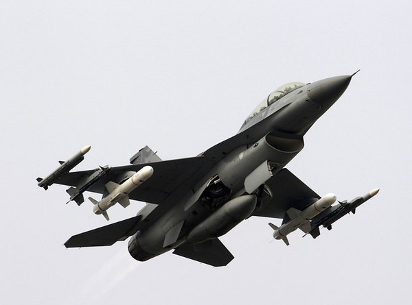 A F-16 fighter jet takes off on a highway used as an emergency landing strip during the Han Kuang military exercise in Madou, Tainan, southern Taiwan, April 12, 2011. Taiwan is in the midst of its annual five-day military drill which prepares itself for any possible attacks from China.    REUTERS/Nicky Loh (TAIWAN - Tags: MILITARY POLITICS)