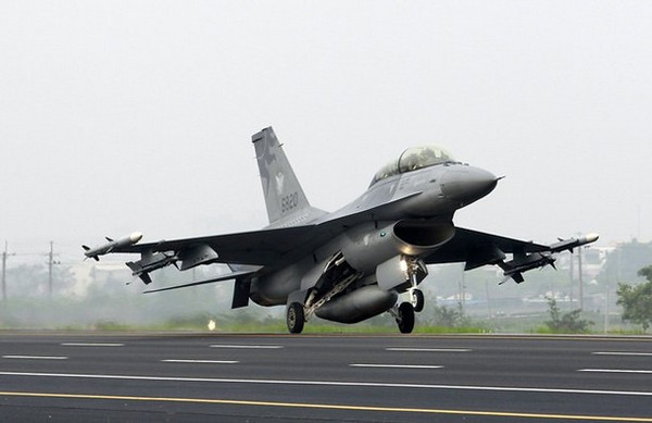 A F-16 fighter jet lands on a highway used as an emergency landing strip during the Han Kuang military exercise in Madou, Tainan, southern Taiwan, April 12, 2011. Taiwan is in the midst of its annual five-day military drill which prepares itself for any possible attacks from China.    REUTERS/Nicky Loh (TAIWAN - Tags: MILITARY POLITICS)
