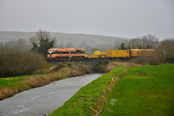 073 crosses the swollen Kilmustulla River at Kilnacranna with the 0825 Limerick - Ballybrophy Sperry Train. Fri 21.02.20