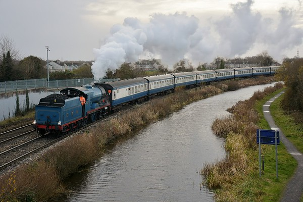 85 rounds the curve at Leixlip Louisa Bridge with the 1425 Maynooth - Connolly Santa Special. Sat 14.12.19