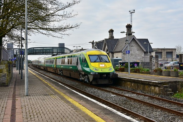 The 0700 Cork - Heuston calls at Thurles with 4006 + 224. Thurs 11.04.19